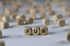 Amusement - cube avec des lettres, signe avec les cubes en bois Photos stock