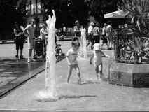 Amusement d'été dans la fontaine d'eau Photos stock