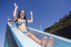 Amusement d'été de glissière de piscine de filles Photo libre de droits