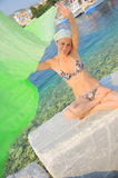 Amusement d'été et relaxation (verticale de femme) photographie stock