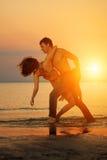 Amusement d'été holyday sur le fond de plage Couples dans l'amour en plage Images stock