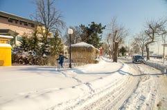 Amusement d'enfants sur le remblai couvert de neige dans Pomorie, hiver de la Bulgarie Photos stock