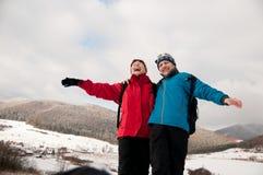 Amusement d'hiver - l'aîné a retiré des couples dans la neige Photos stock