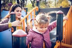 Amusement dans le terrain de jeu Mère et fille Photographie stock libre de droits