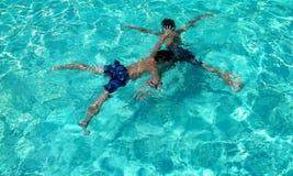 Amusement dans les x de double de piscine Images libres de droits