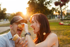 Amusement de baiser de bonheur de couples Jeunes couples Photographie stock