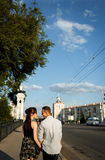 Amusement de baiser de bonheur de couples Jeunes couples interraciaux Images stock