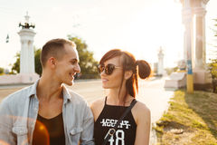 Amusement de baiser de bonheur de couples Jeunes couples interraciaux Photos stock