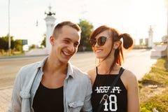 Amusement de baiser de bonheur de couples Jeunes couples interraciaux Photos libres de droits