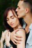 Amusement de baiser de bonheur de couples Jeunes couples interraciaux Photo libre de droits