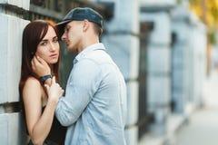 Amusement de baiser de bonheur de couples Jeunes couples interraciaux Photographie stock