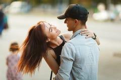 Amusement de baiser de bonheur de couples Jeunes couples interraciaux Photo stock