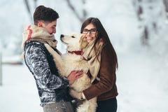 amusement de couples ayant des jeunes de l'hiver de stationnement Photographie stock libre de droits
