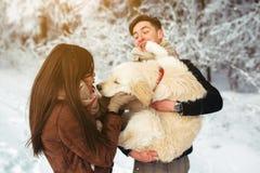 amusement de couples ayant des jeunes de l'hiver de stationnement Image libre de droits