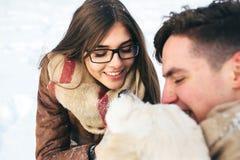 amusement de couples ayant des jeunes de l'hiver de stationnement Images libres de droits