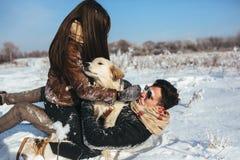 amusement de couples ayant des jeunes de l'hiver de stationnement Photos stock