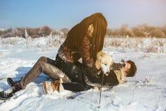 amusement de couples ayant des jeunes de l'hiver de stationnement Image stock