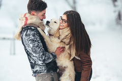 amusement de couples ayant des jeunes de l'hiver de stationnement Photos libres de droits
