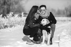 amusement de couples ayant des jeunes de l'hiver de stationnement Photo stock
