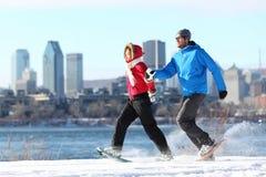 Amusement de couples de l'hiver sur la raquette à Montréal Photo libre de droits