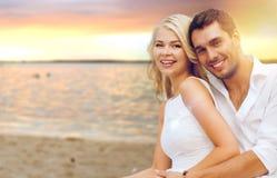 amusement de couples de plage ayant Image libre de droits