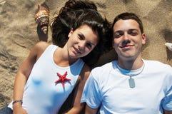 amusement de couples de plage ayant Photographie stock