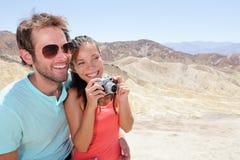 Amusement de couples de touristes dans Death Valley Image stock
