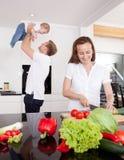 Amusement de famille à la maison image libre de droits