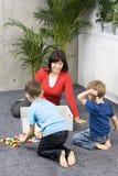 Amusement de famille avec nettoyer Photos libres de droits
