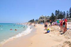 Amusement de famille : Cottesloe, Australie occidentale Images stock