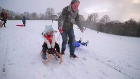 Amusement de famille dans la neige banque de vidéos