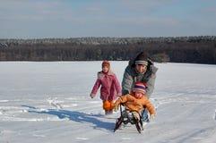 Amusement de famille de l'hiver photos stock