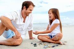 Amusement de famille de plage Photographie stock libre de droits