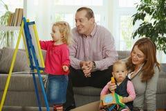 Amusement de famille à la maison Photo stock
