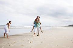 Amusement de famille sur la plage Image libre de droits