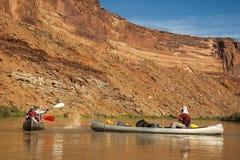 Amusement de famille sur la rivière de désert dans des canoës image stock