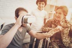 Amusement de Family Are Having de soldat de femme handicapée photographie stock libre de droits