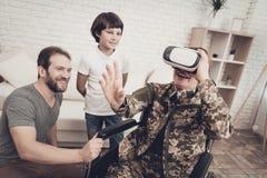 Amusement de Family Are Having de soldat de femme handicapée photos stock