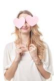 Amusement de fille posant avec deux coeurs dans le studio Images stock