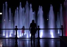 Amusement de fontaines de nuit Images stock