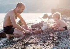 Amusement de garçon de père et d'enfant en bas âge Photos libres de droits
