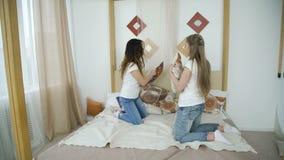 Amusement de l'adolescence de filles de combat d'oreiller de joie de loisirs d'amitié banque de vidéos