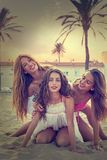 Amusement de l'adolescence de filles de meilleurs amis dans un coucher du soleil de plage Images libres de droits