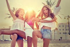 Amusement de l'adolescence de filles de meilleurs amis dans un coucher du soleil de plage Photographie stock libre de droits
