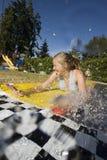 Amusement de l'eau avec la jeune fille Images libres de droits