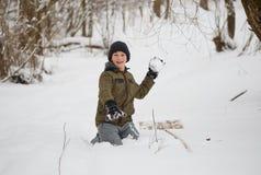 Amusement de l'hiver adolescent ayant l'amusement jouant avec la neige Image stock