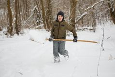 Amusement de l'hiver adolescent ayant l'amusement jouant avec la neige Photographie stock libre de droits