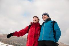Amusement de l'hiver - couple retiré aîné dans la neige Photos stock