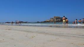 Amusement de Malo Beach With People Having de saint barbotant en mer banque de vidéos