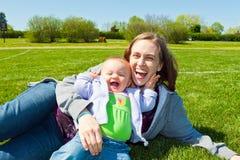 Amusement de maman et de descendant Photo libre de droits